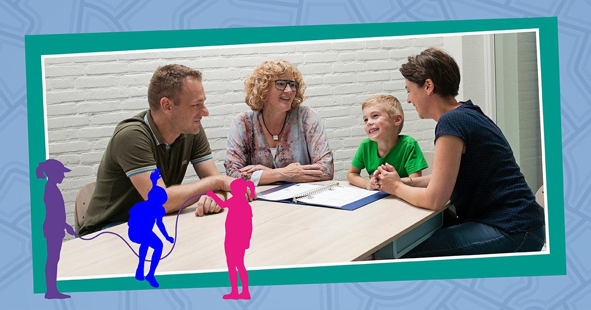 Leerling met ouders die kennismaken met de school